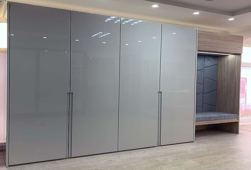 Четырехдверный распашной шкаф с фасадами из мдф с эмалью